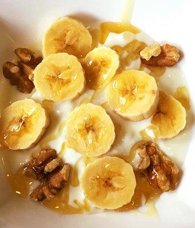 Desayuno saludable (yogur griego natural, nueces, plátano y miel ...