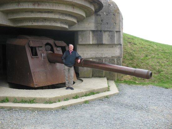Longues-sur-Mer, Francia: Bunker avec son canon vu de près.