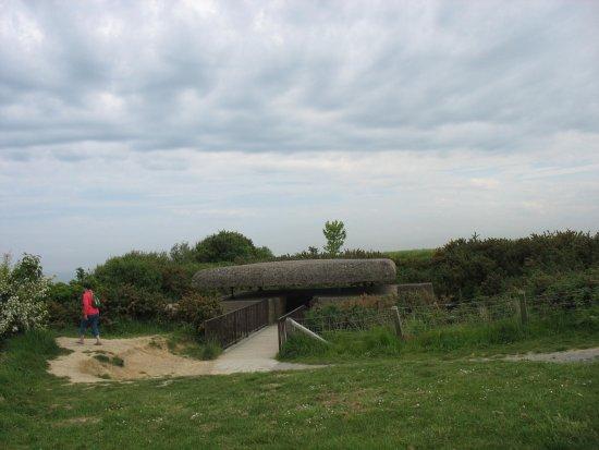 Longues-sur-Mer, Francia: Accès au bunker de commandement des tirs.
