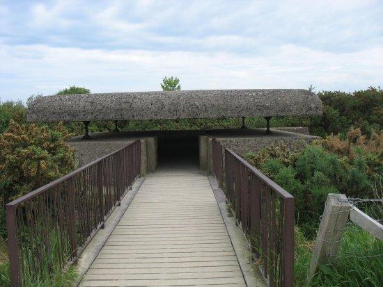 Longues-sur-Mer, Francia: Entrée du bunker de commandement des tirs.