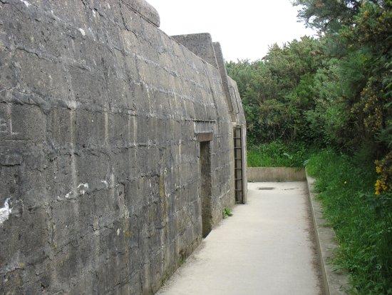 Longues-sur-Mer, Frankrijk: Mur de côté du bunker de commandement des tirs.
