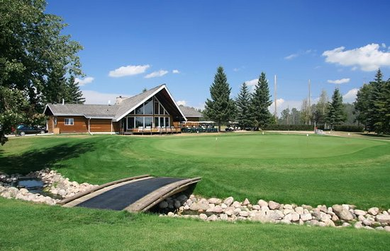 Sylvan Lake, Canada : Our beautiful club house with practice putting green in the foreground.