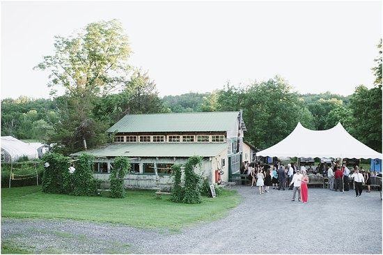 Blooming Grove, Estado de Nueva York: The barn with a tent setup in front
