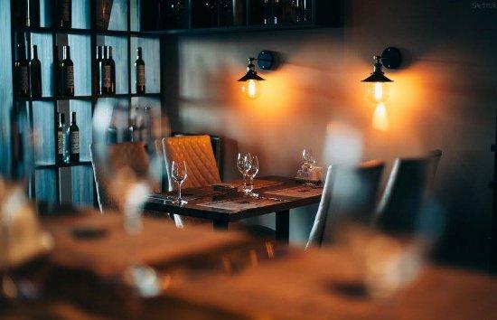 Уютный интерьер великолепно подходит для романтического ужина.
