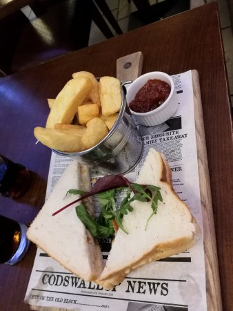 Cassidys Hotel: chicken sandwich & side of chips groomes bar at cassidys