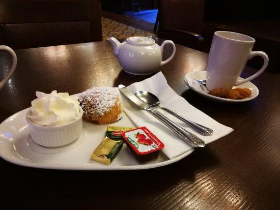 Cassidys Hotel: scone & tea groomes bar cassidys