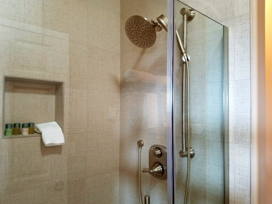 Zillah, WA: All rooms: 4′ shower with rain shower head, luxury towels, hair dryer; Toiletries by ORO d'OLIVA