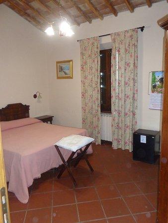 Monticiano, Italia: tipica camera confortevole e sobria con tv e frigo bar