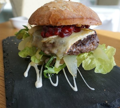 Hagen am Teuteburger Wald, Alemanha: Wildburger im Chiabatta Bun mit Camembert und Preiselbeeren