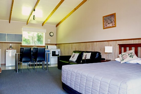 Fairy Springs Motel: one bed room apartment lounge area