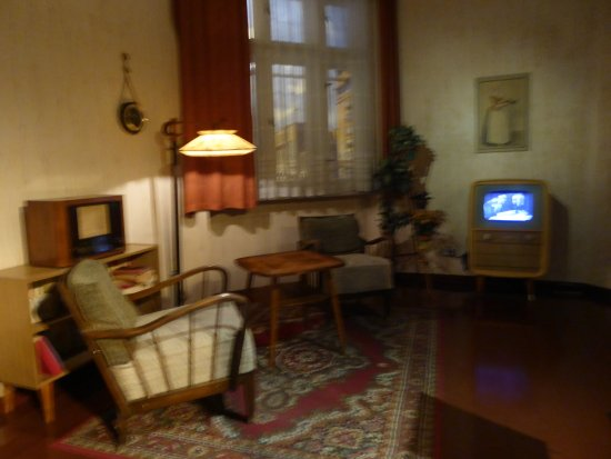 https://media-cdn.tripadvisor.com/media/photo-s/12/00/dc/c6/un-interieur-berlinois.jpg