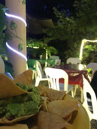 Ruben's Restaurant Isla Mujeres: Nice small garden, and guacamole.
