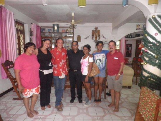 Serene Waters Guest House: Família maravilhosa