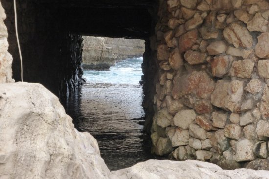 Polignano a Mare, Italie : mare attraverso la grotta