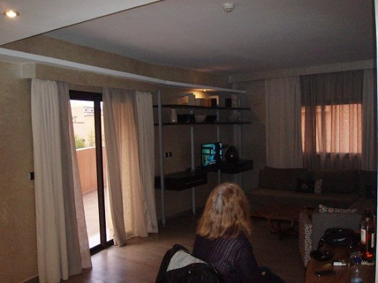 Dellarosa Hotel Suites & Spa: Sofas, desk, 2nd telly, wide balcony... what more could you ask for?