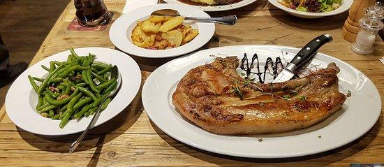 Mendig, Allemagne : Tomahawk Steak 850gr vom Eifelschwein Bratkartoffel und Speckbohnen