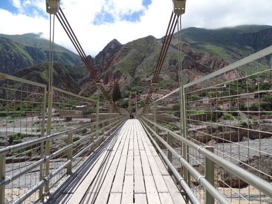 Iruya, อาร์เจนตินา: Vista desde el centro del puente hacia el pueblo