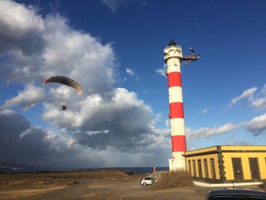 Poris de Abona, Spanyol: una tarde de descanso, viendo volar Paramotores sobre el Faro. Ideal para realizar caminatas