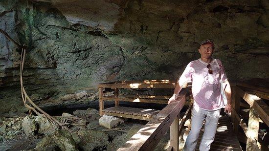 Burial Mound Cave: Идем по удобной лестнице практически до стены