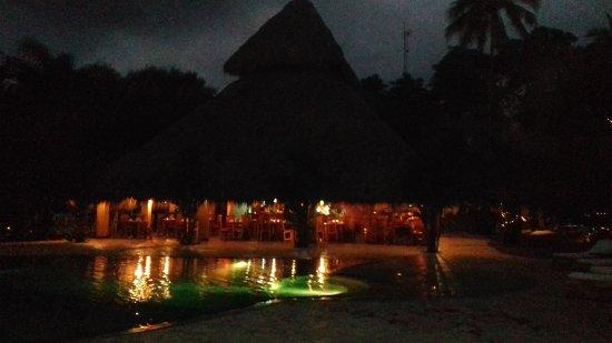 Clandestino Beach Resort: vue du resto depuis l'autre côté de la piscine