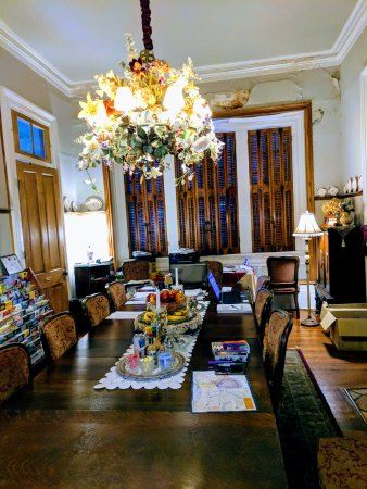 HH Whitney House on the Historic Esplanade: Dining room- high ceilings!