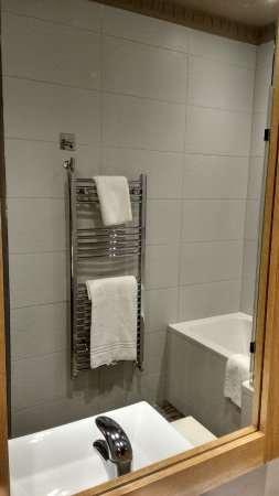 Boyne Valley Hotel & Country Club: See the proximity of the hot towel rail to the bath.