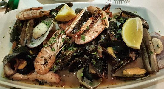 Ta'Peter Restaurant: Wonderful shellfish platter to share.