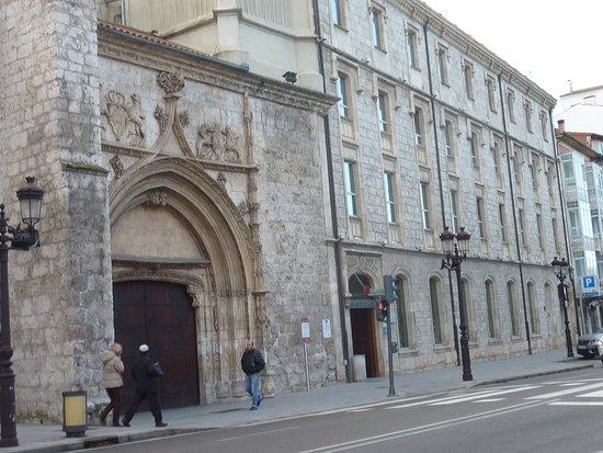 NH Collection Palacio de Burgos: Puerta junto a iglesia antigua