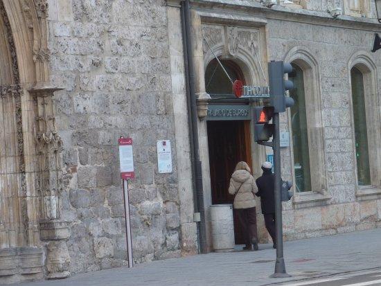NH Collection Palacio de Burgos: Puerta muy discreta