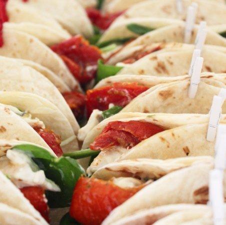 Narromine, Australië: Sundried Tomato and Basil Chicken Mini Wraps