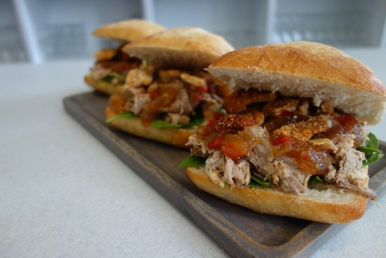 Narromine, Australië:  Pulled Pork and Crackle Sandwich with Apple Chutney