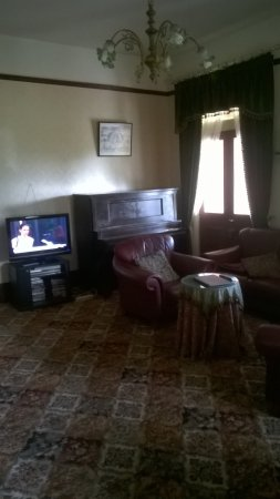 Lindisfarne, Austrália: Living room with TV and piano