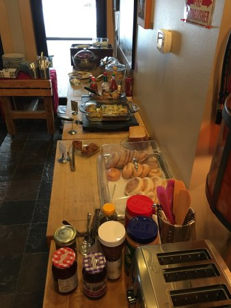 Twisp, WA: Wonderful breakfast with homemade salmon spread for the bagels!