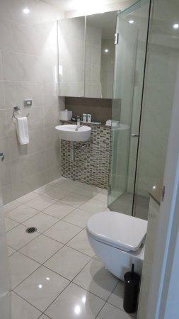 Meriton Suites Adelaide Street, Brisbane: Master bathroom