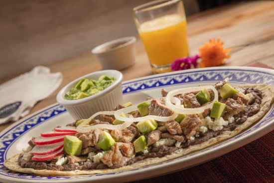 Los Chavales Grill Argentino y Mas: Huarache con tasajo, el tasajo es un carne de res muy delgada típica de Oaxaca.