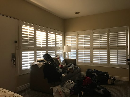 Pacific Shores Inn: Excuse the mess but I loved the view of these shutters from my bed in the AM