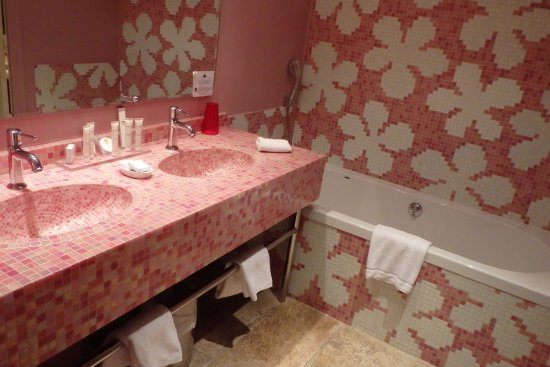 Missillac, Francia: Très grande salle de bain avec douche + baignoire