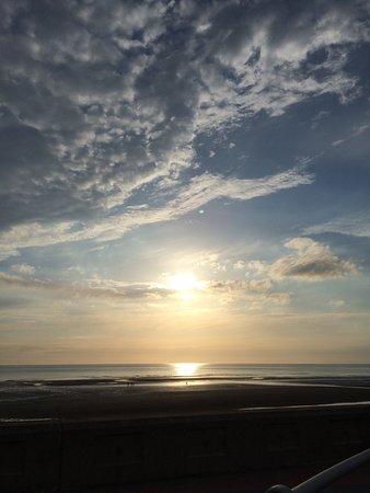Sandpiper Holiday Apartments: sun set view across the Promenade