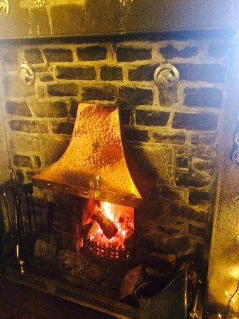 Wetton, UK: Roaring fire, it's been here 300 years.