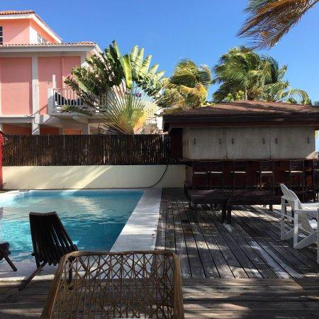 Ocean Tide Beach Resort: Hôtel bruyant, pas sympa, personnel méprisant et lors du check put on touche le fond