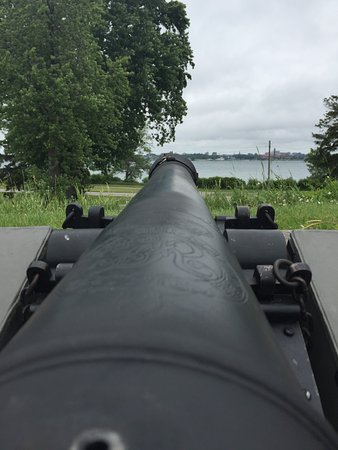 Fort Erie, Canadá: canon aimed at USA