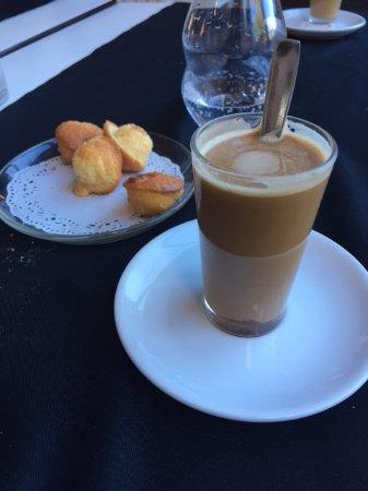 Vallromanes, Spanien: Cortado (lo ponen con algo de bollería)
