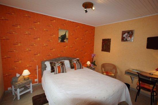 Une chambre aux couleurs chaudes, à l\'hotel La Sauldraie - Photo de ...