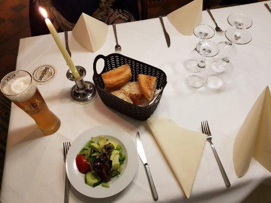 Bad Vilbel, Deutschland: Beilagensalat mit Pita-Brot