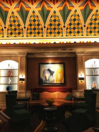 Love the living room decor with its ceiling motif - Bild von Kimpton ...