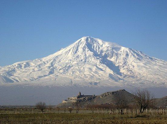 Ararat Province, أرمينيا: Монастырь Хор Вираб на фоне горы Арарат