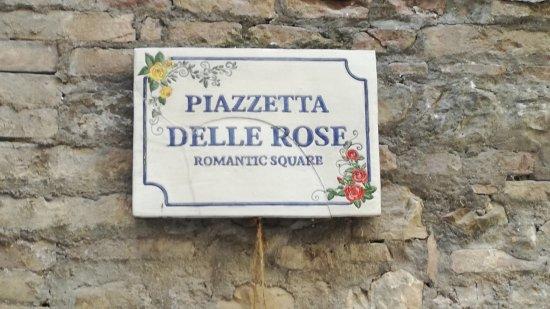 Montone, Italy: Piazzetta delle rose