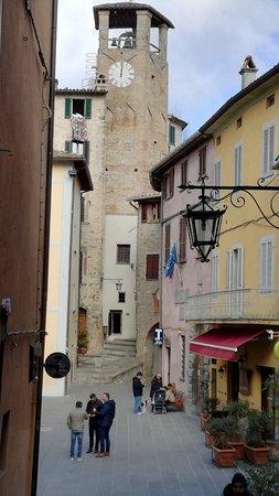 Montone, Italien: Piazza centrale