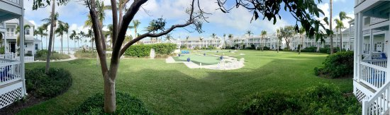 Tranquility Bay Beach House Resort: This panorama shows the inner courtyard for the east wing, which flows onto the private beach