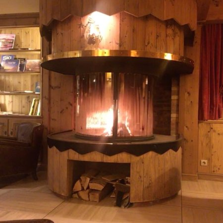 Hotel Champs Fleuris : Stunning log fire in the bar  Such a chill out
